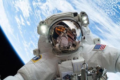 ¡Astronauta de la nasa en una caminata espacial!